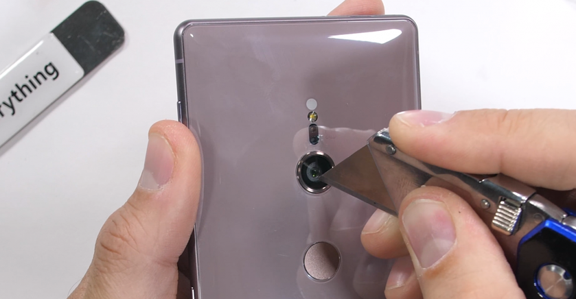 Xperia XZ2 vs JerryRigEverything: новый флагман Sony оказался крепким орешком