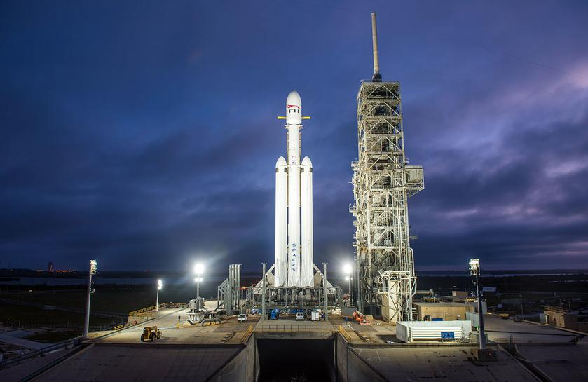 Video: giant rocket Falcon Heavy ready to take off