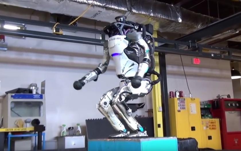 Посмотрите, как робот Boston Dynamics Atlas делает сальто назад