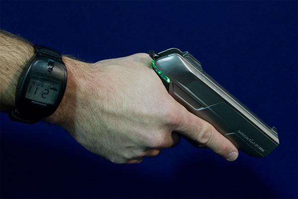 Беспроводный пистолет Armatix не работает без часов