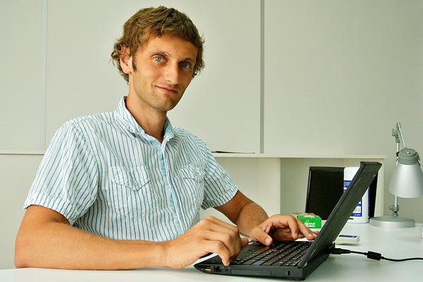 Люди за работой: рабочее место директора Obreey Products Дмитрия Шемета