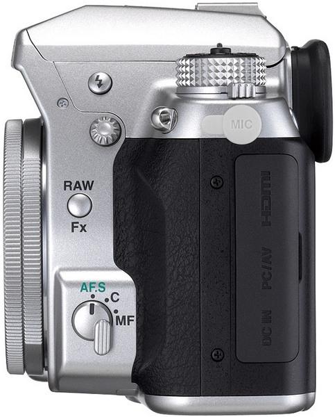 Серебристая зеркалка Pentax K-5 с самым тонким в мире унифокальным объективом-4