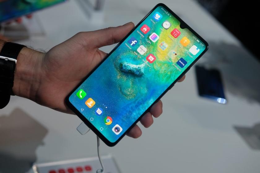 Назван срок появления складного телефона Huawei Mate X в Российской Федерации