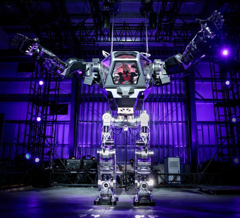 Главный соперник Илона Маска испробовал огромного человекоподобного робота