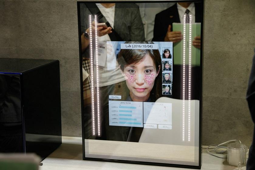 Смарт-зеркало Panasonic научилось печатать новую кожу