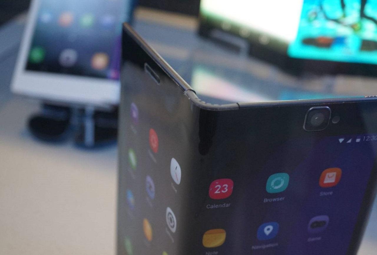 Huawei запатентовала смартфон соскладным экраном