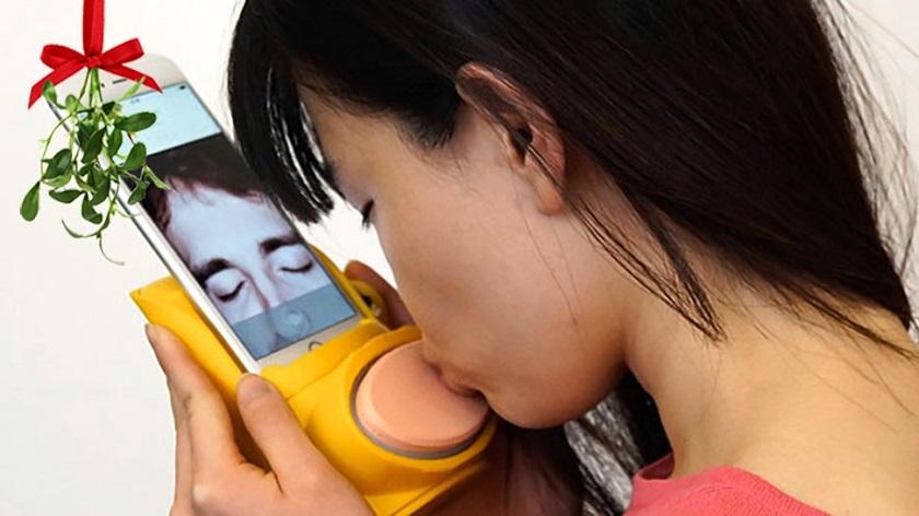 Английские ученые выдумали, как передавать поцелуй по телефону
