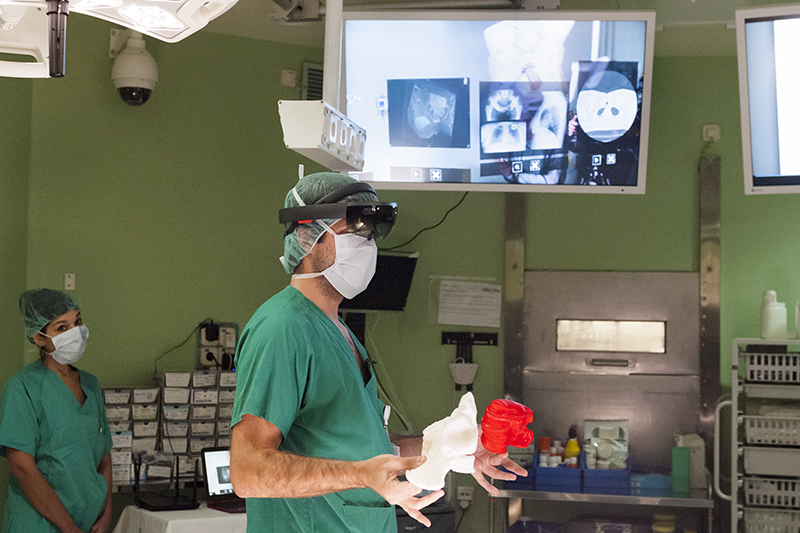 Очки дополненной реальности Microsoft HoloLens станут помощниками хирургов
