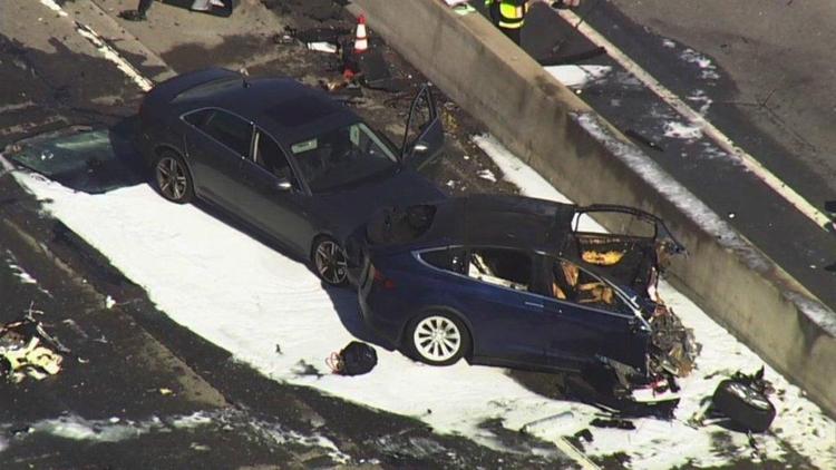 Автопилот Tesla Model Xпривел к смерти водителя