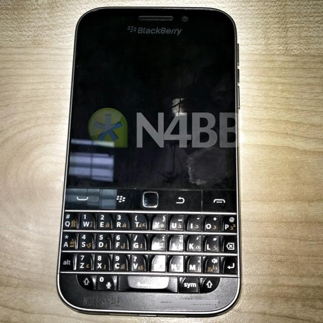 Живые фотографии и характеристики QWERTY-смартфона BlackBerry Classic