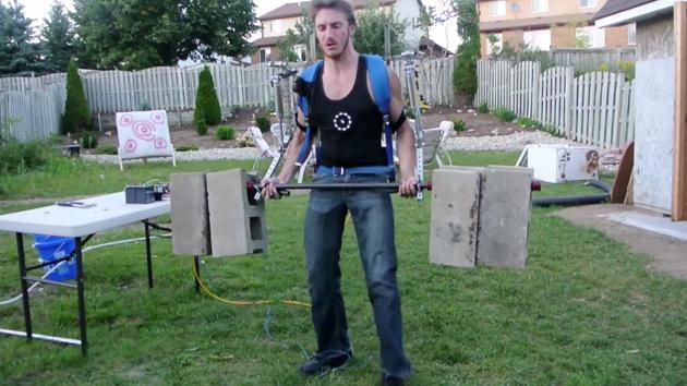Интересные видео недели: самодельный экзоскелет, 8-битный Twin Peaks и грузовик генерирующий землетрясения