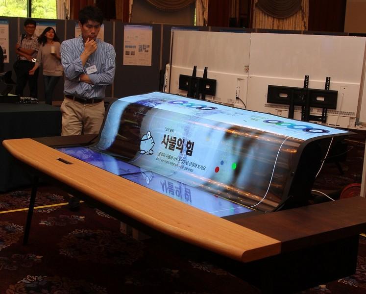 LGDispley представила крупнейший вмире прозрачный игибкий экран