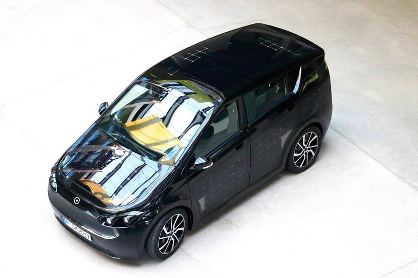 Корпус электрокара Sion покрыт солнечными панелями для зарядки аккумулятора