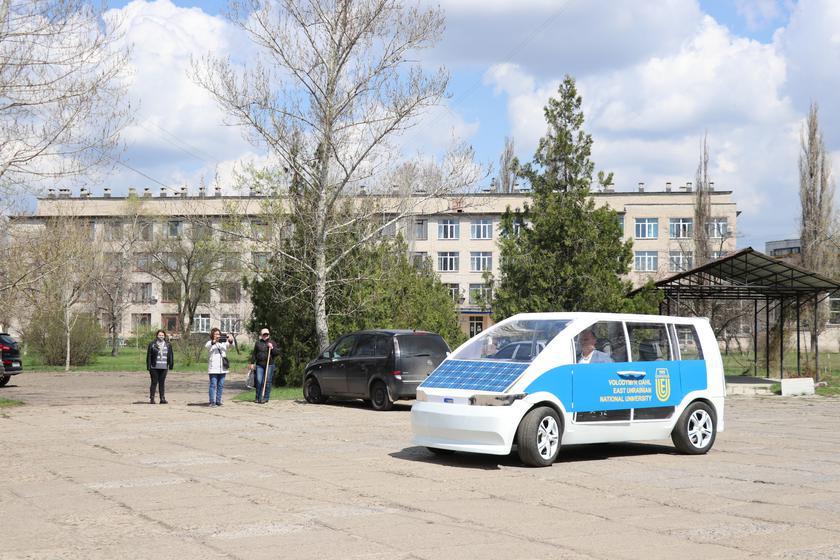 Университет в Северодонецке продемонстрировал прозрачный электрокар собственной разработки: он получил имя Ева и корпус из стеклопластика