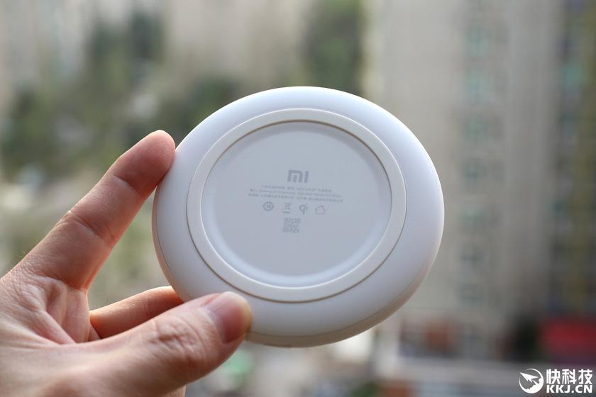 xiaomi-wireless-mix-2s-charger-3.jpg