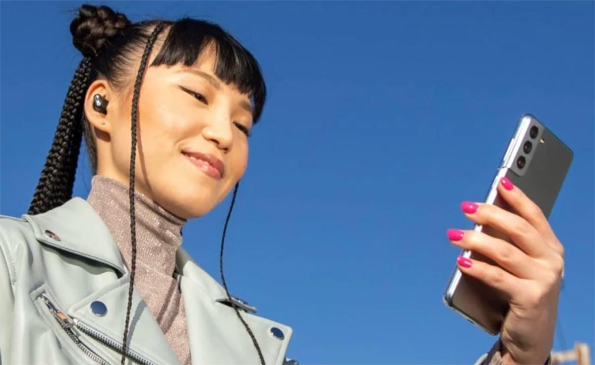 Неожиданно: Apple использует флагман Samsung Galaxy S21 для рекламы своих наушников Beats Studio Buds