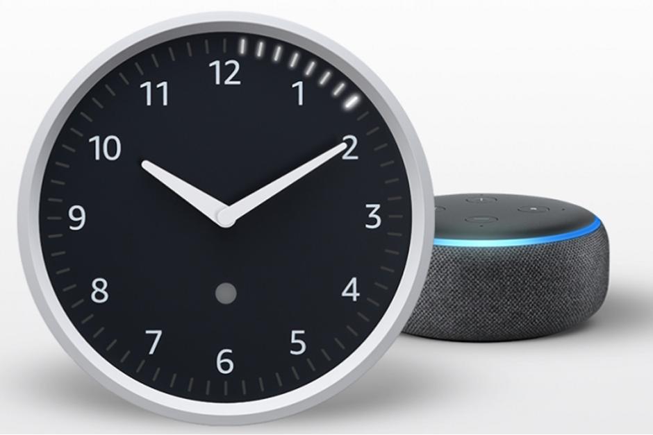 Glance clock выглядят как обычные часы с механическими стрелками и большим круглым циферблатом.