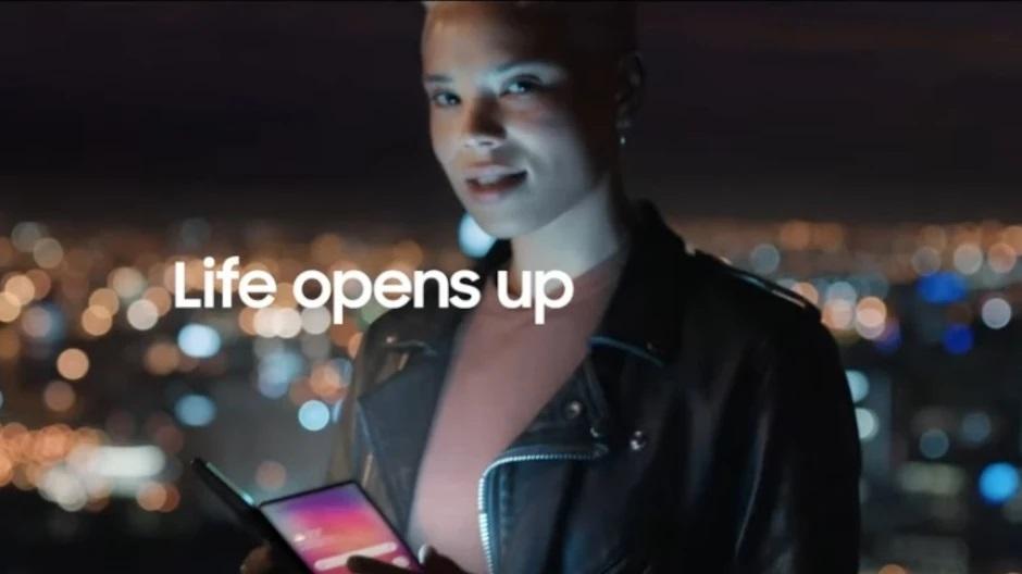 Samsung показала в новом рекламном ролике Galaxy Z Fold 3 с подэкранной камерой И опять подколола Apple