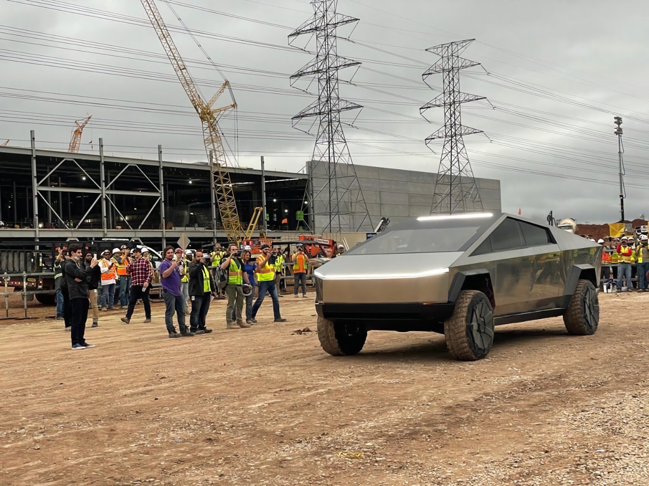 Илон Маск показал новые детали Tesla Cybertruck: 17-дюймовый экран и штурвал, как у Tesla Model S (2021)