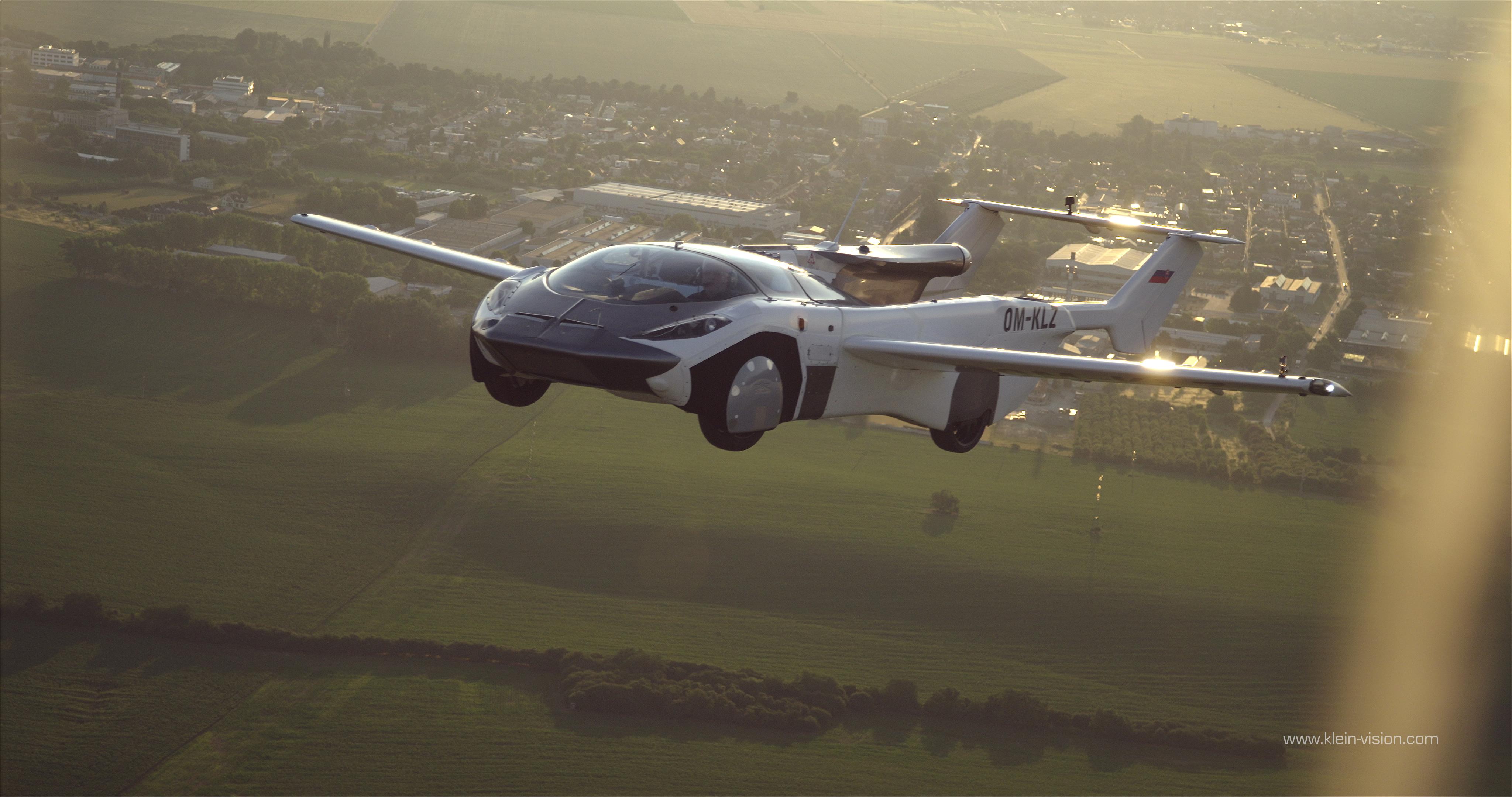 Добро пожаловать в будущее: летающий автомобиль-трансформер AirCar совершил первый в истории перелет между городами