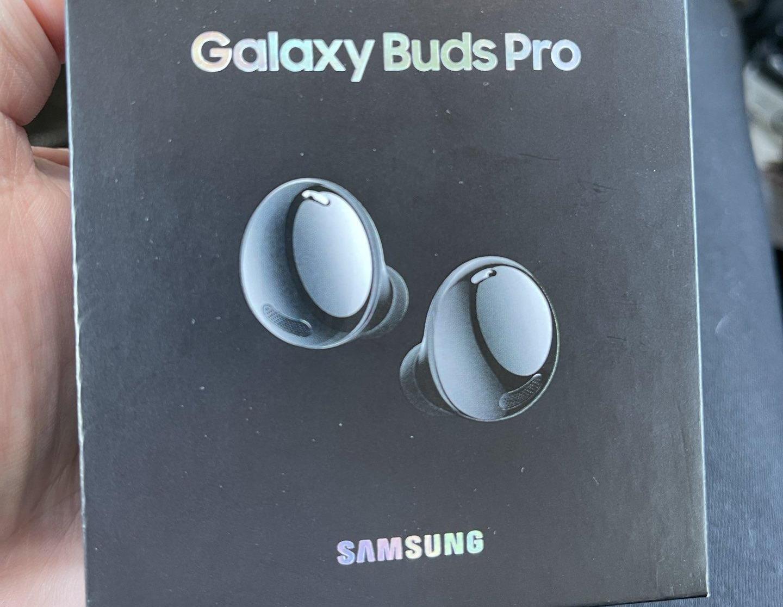 Наушники Samsung Galaxy Buds Pro на живых фото: овальная форма, шумоподавление и до 18 часов автономности